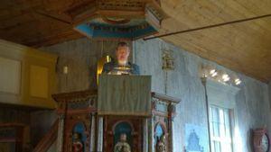 Piispa Kaarlo Kalliala Merimaskun kirkon saarnapöntössä saarnaamassa