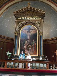 Piispa Kaarlo Kalliala ja liturgi Loimaan kirkossa alttarilla