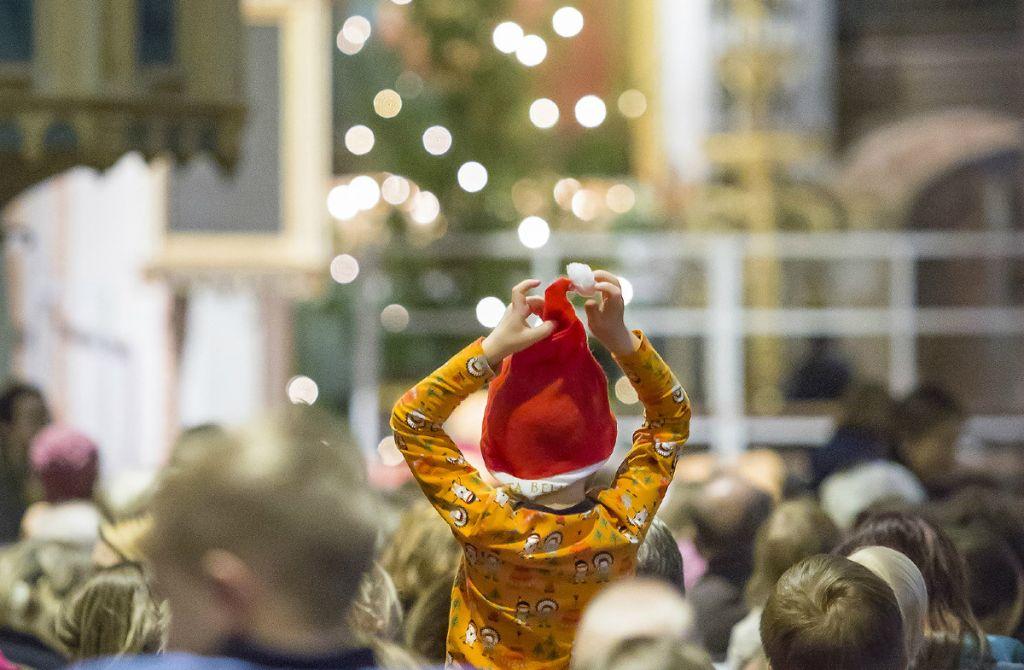 lapsi joulukirkossa