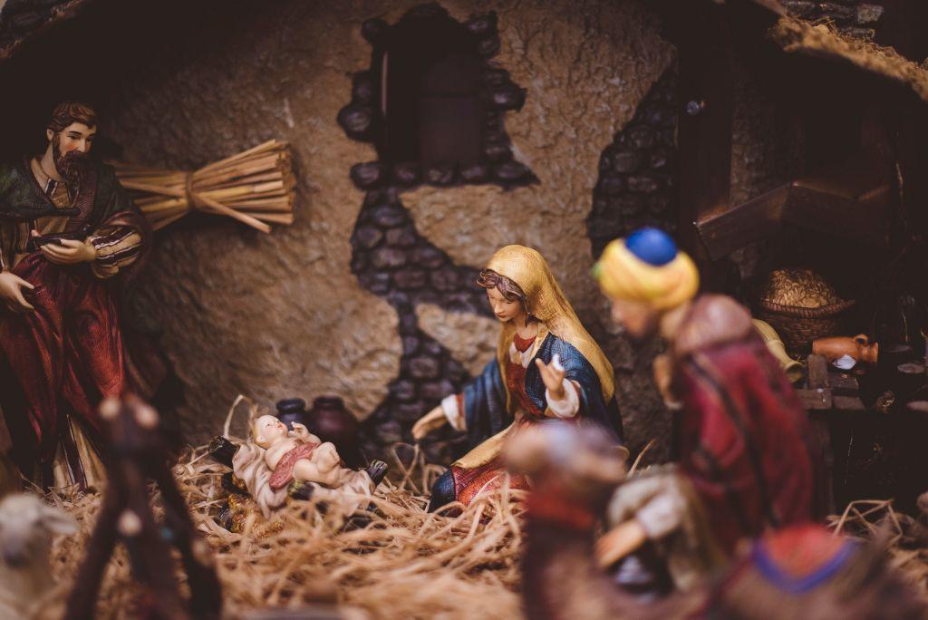 Lähikuva seimiasetelmasta, jossa Maria on kumartunut Jeesus-lapsen puoleen ja Joosef katselee kauempaa kuvan vasemmasta laidasta.
