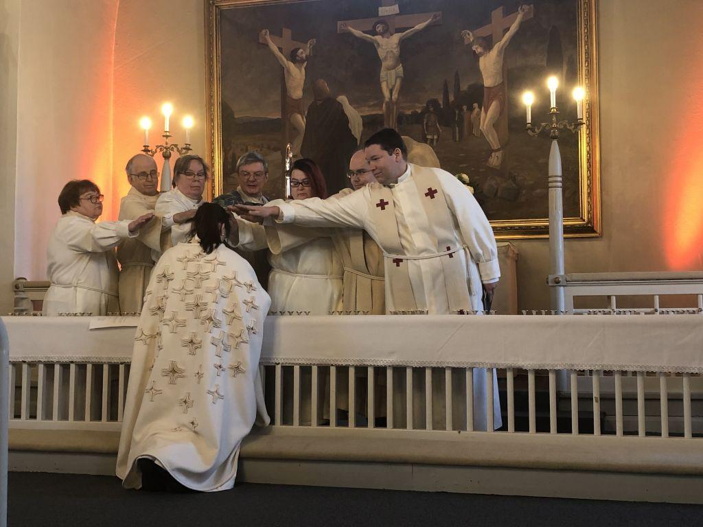 Piispa ja avustajat siunaavat kirkkoherran virkaan alttarilla