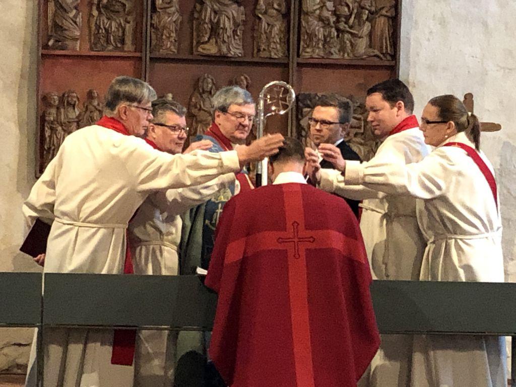 Piispa Kaarlo Kalliala ja avustajat virkaanasettamismessussa