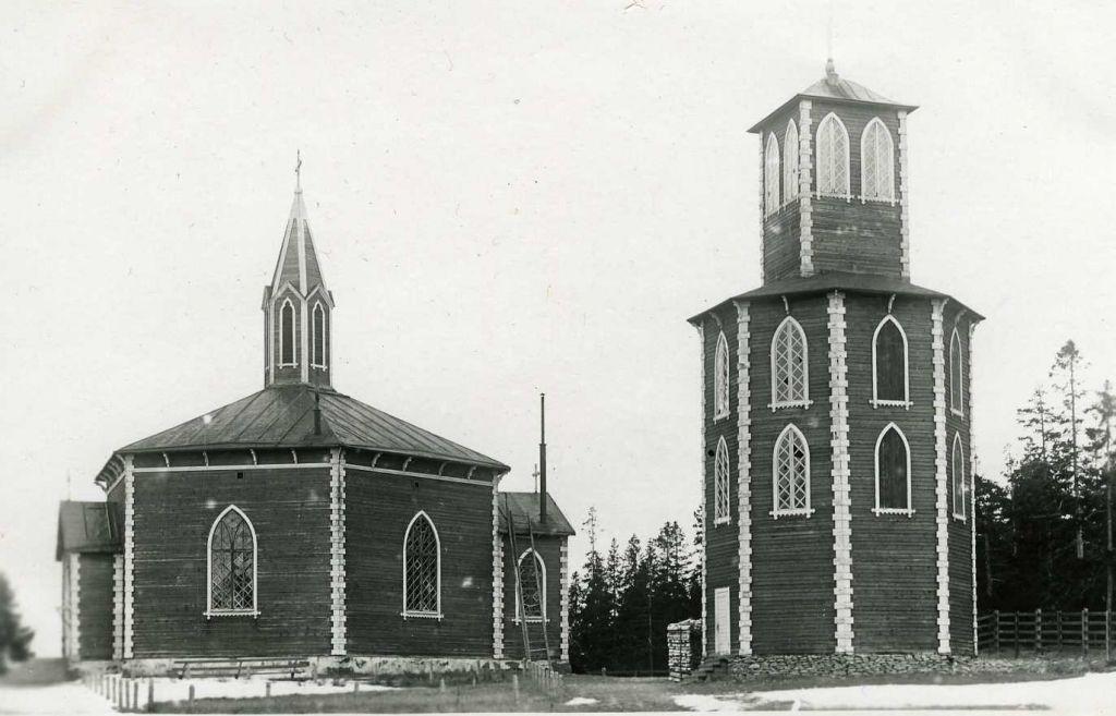 Mustavalkoinen kuva Reposaaren kirkosta ja kellotapulista vuodelta 1929