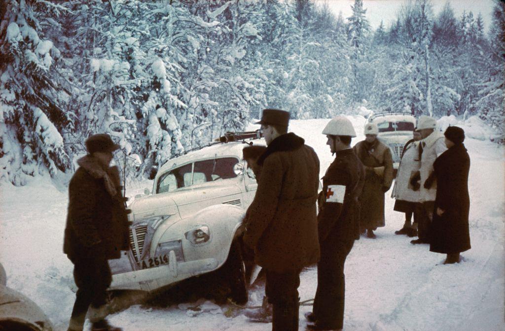 Miehiä ja ambulanssa talvisodan aikana tien varressa