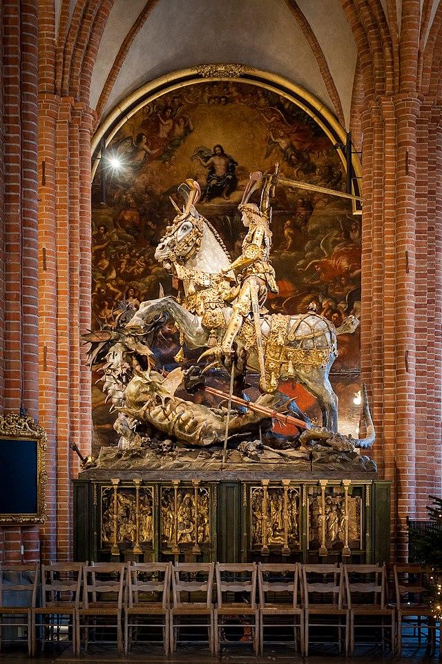 Patsas Tukholman suurkirkossa. Pyhä Yrjö miekka ojossa ratsastamassa.